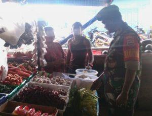 Kopda Zulkarnaini saat berbincang kepada para pedagang pasar.