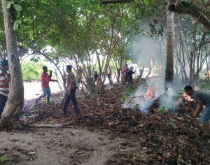 Tampak panitia dan masyarakat Sepempang saat membersihkan area Objek Wisata Pulau Senua.