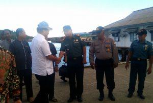 Tampak Danramil 03/Sedanau Kapten (Arm) Bambang Hendratno saat menyalami Gubernur Kepri Nurdin Basirun.
