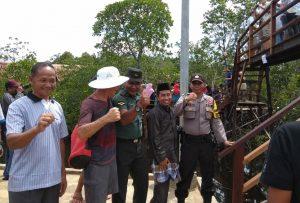 Tampak Babinsa Mekar Jaya Serda A. Tanjung saat berbincang dengan salah seorang turis.