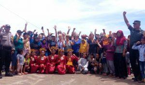 Sejumlah turis tampak foto bersama dengan masyarakat Mekar Jaya.