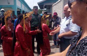 Tampak Babinsa Pian Tengah Kopda Sudarto, saat ikut menyambut kedatangan rombongan turis mancanegara.