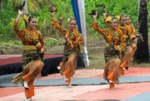 Tari Tempurung Kencana, salah satu tarian tradisional asal Natuna, yang turut ditampilkan untuk memeriahkan Festival Pulau Senua 2019.