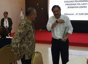 Bupati Natuna Abdul Hamid Rizal tampak sedang berbincang dengan salah seorang pejabat penting di Kemenko Maritim RI.
