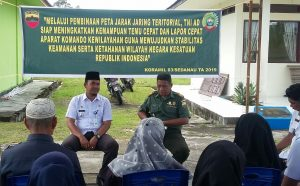 Tampak Danramil 03/Sedanau Kapten (Arm) Bambang Hendratno, didampingi Camat Bunguran Barat Bukhary, saat menyampaikan Peta Jarak Jaring Teritorial TNI AD kepada masyarakat Desa Binjai.