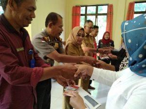 Penyerahan Bantuan PKH secara simbolis kepada KPM di Kecamatan Serasan Timur.