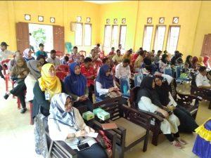 Masyarakat yang hadir di Aula Kantor Desa Hilir.