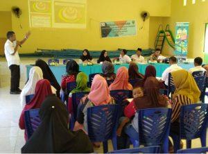 Wakil Ketua KPPAD Natuna, Sulaiman, saat memberikan materi tentang perlindungan anak, di Aula Kantor Desa Tanjung Balau.