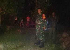 Babinsa Tanjung Kumbik Sertu A. Harahap, saat memantau lokasi terjadinya kebakaran dirumah warga binaannya