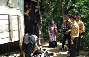 Tampak Kadis Sosial PPPA Natuna, Kartina Riauwita, bersama anggota FAN Serasan, saat mengunjungi rumah-rumah warga Lansia.
