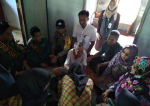 Rombongan Dinsos PPPA Natuna dan FAN Serasan, saat mengunjungi seorang Lansia yang telah berumur 83 tahun.