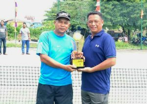 Danramil 03/Sedanau, Kapten Bambang Hendratno, saat menerima Piala Juara 1.