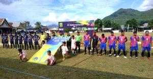 Kesebelasan PS Pengadah dan Batu Bayan, saat menyanyikan lagu kebangsaan Indonesia Raya sebelum kick off babak pertama.