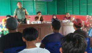 Babinsa Binjai, Serda Azhar Tanjung, saat memberikan arahan mengenai pentingnya menjaga kelestarian lingkungan.