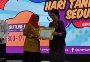 Wabup Natuna Hj. Ngesti Yuni Suprapti saat menerima Piagam Penghargaan dari Kemenkes RI.