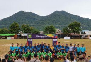 Wabup Ngesti saat berfoto kepada para pemain sepak bola, yang hendak bertanding.
