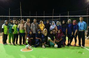 Wabup Ngesti dan Camat Pulau Tiga Barat, Tabrani, saat foto bersama para atlet volly putri.
