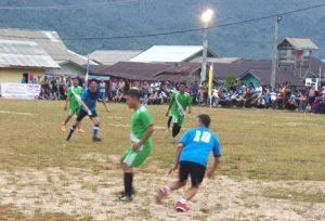 Kick Off babak pertama pertandingan persahabatan, pada Turnamen Olahraga HUT Pulau Tiga Barat ke 3.