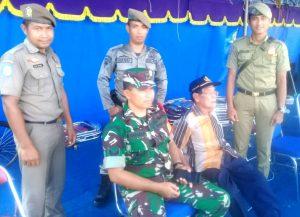 Babinsa Tanjung Kumbik Serda A. Harahap, bersama sejumlah anggota Satpol PP saat bersiaga selama pertandingan berlangsung.