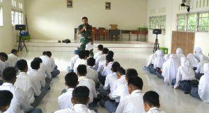 Babinsa Tanjung Kumbik, Sertu A. Harahap saat memberikan materi Wasbang kepada siswa/i SMAN 1 Pulau Tiga Barat.