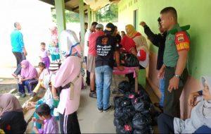 Pembagian paket sembako kepada warga kurang mampu dan lansia di Desa Selaut.