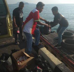 Ketua FKPS Sugianto Utomo bersama rombongan saat melansir paket sembako keatas pompong.