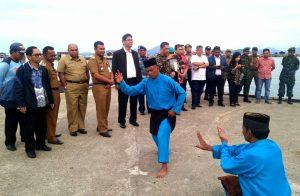 Atraksi Pencak Silat Melayu, turut menyambut kunjungan rombongan Kemenko Maritim RI di Sedanau.