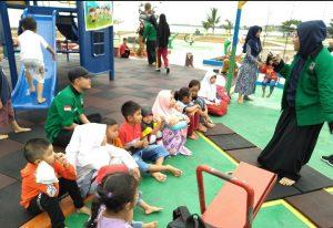 Tampak puluhan anak-anak sedang mendengarkan cerita dongeng kancil, yang dibacakan oleh salah seoarang anggota FAN.