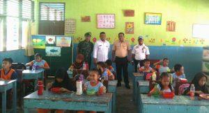 Siswa-siswi SDN 002 Sedanau tampak tengah menikmati makanan bergizi yang disajikan oleh pihak sekolah melalui Progas.
