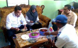 Camat Bunguran Barat beserta rombongan berkesempatan untuk mencicipi menu makanan yang disediakan untuk murid SDN 002 Sedanau.