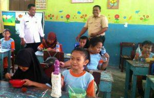 Tampak siswa-siswi SDN 002 Sedanau tengah menikmati makanan sehat dari dapur Progas.