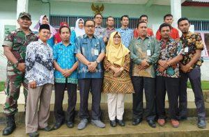 Foto bersama didepan Kantor Desa Mekar Jaya, usai pertemuan.