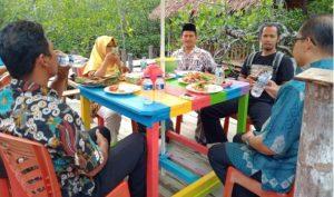 Wabup Ngesti beserta rombongan saat menikmati hidangan di crab resto yang ada di objek wisata mangrove.
