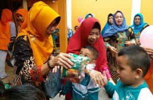 Hj. Nurhayati Hamid Rizal, ikut membagikan bingkisan snack kepada anak didik TK Muslimat NU Annafi'iyah Natuna.