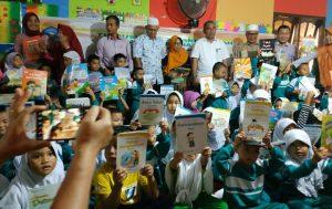 Para siswa-siswi TK Muslimat NU Annafi'iyah Natuna, saat menunjukkan buku bacaan yang mereka terima.
