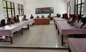 Wabup Ngesti saat melakukan pertemuan dengan Kepala dan Guru SMPN 02 Puak.
