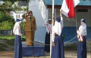 Wabup Natuna, Hj. Ngesti Yuni Suprapti, saat menjadi Inspektur Upacara di SMPN 02 Puak.