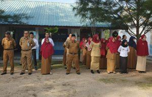 Para guru SMPN 02 Puak, saat mendengarkan amanat dari Wabup Natuna Hj. Ngesti Yuni Suprapti.