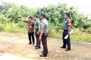 Dandim 0318/Natuna, didampingi Danramil 03/Sedanau, Babinsa dan Camat Pulau Tiga, saat meninjau lokasi pelaksanaan Karya Bakti TNI 2019 di Desa Tanjung Batang.