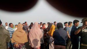 Para korban dan tim penyelamat saat tiba dipelabuhan Tanjung Batu, Pulau Laut.