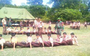 Babinsa Sedanau LP Manurung saat melakukan pembinaan kepada para siswa Pramuka.