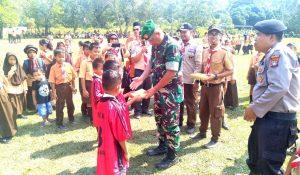 Danramil 03/Sedanau, Kapten (Arm) Bambang Hendratno saat memberikan hadiah kepada salah seorang peserta Pramuka.
