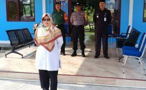 Wabup Natuna Hj. Ngesti Yuni Suprapti saat memimpin apel di SMPN 3 Satu Atap Teluk Buton.