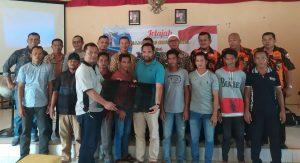 Tim Jelajah Rantau Bertuah, yang diwakili Soni Hadi Wijaya, menyerahkan bantuan bubu secara simbolis, kepada ketua kelompok usaha mandiri pengolahan daging kepiting, Hasonangan Lubis.