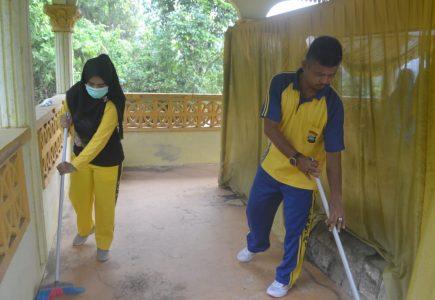 Polsek Tambelan Bersihkan Makam Sultan Johor IV Sempena World Cleanup Day