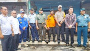 Lamhot Sijabat dan Wan Arismunandar foto bersama dilokasi kebakaran.