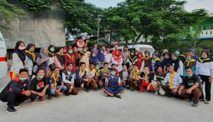 Para relawan foto bersama usai membagikan masker kepada masyarakat Natuna.