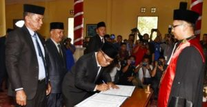 Husin (paling kiri) saat dilantik menjadi Anggota DPRD Natuna periode 2019-2024.