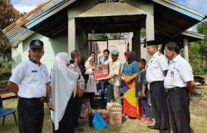 Wabup Natuna Ngesti Yuni Suprapti, bersama Camat Bunguran Batubi, Pegawai Dinas Sosial dan Kader DPD II Partai Golkar Natuna, saat memberikan bantuan kepada keluarga Zaenudin, yang merupakan korban kebakaran rumah di Desa Batubi Jaya.