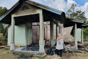 Wakil Bupati Natuna sekaligus Ketua DPD II Partai Golkar Natuna, Ngesti Yuni Suprapti, saat melihat kondisi rumah yang terbakar di Desa Batubi Jaya, Kecamatan Bunguran Batubi.